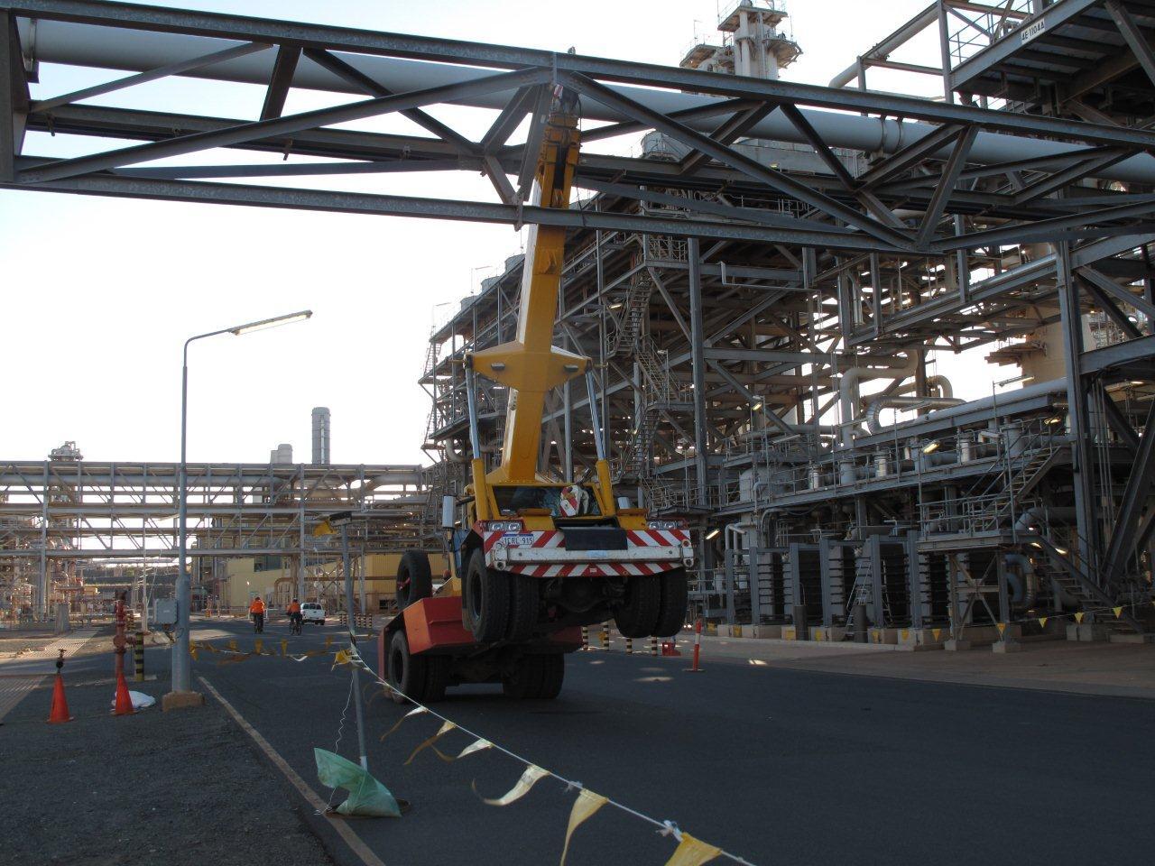 Overhead Cranes Queensland : Crane jib gets caught up down under