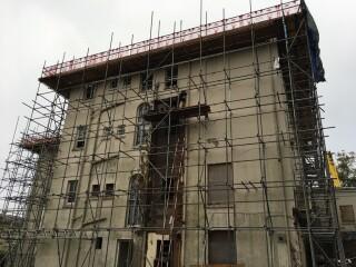 The scaffold platform had noo edge protection