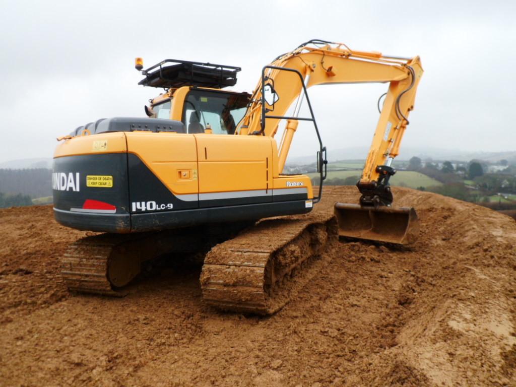 Digger puts the Hyundai R140-9 to work